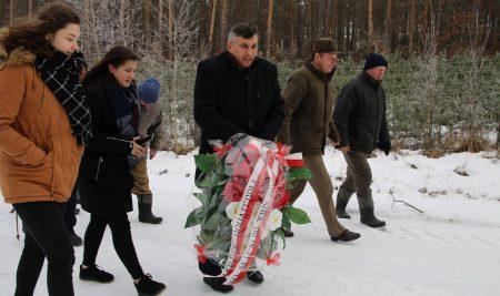 Złożenie wieńca przed pomnikiem Powstańców Styczniowych w Kobylich Górach koło Tarnogóry